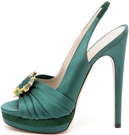 Peep toe slingback in raso e suede verde drappeggiato con fermaglio gioiello in punta e triplo plateau