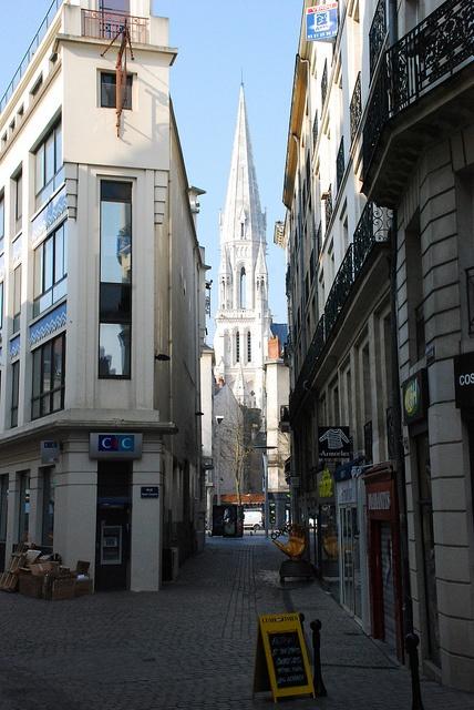 rue du centre ville de Nantes avec en perspective l'Eglise Saint-Nicolas.
