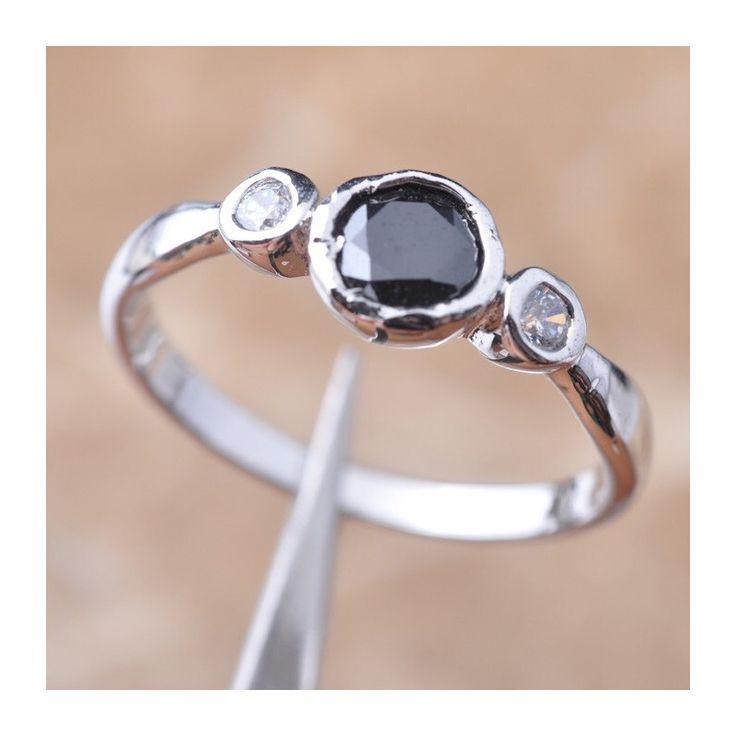 Кольцо с черным сапфиром 5 мм, серебро, топазы