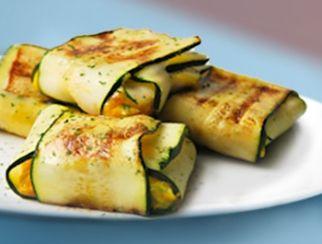 Raviolis de calabacín rellenos de queso cremoso de cabra, calabacin,zanahoria ,cebolla caramelizada y jamon.todo picado y rehogado con poco aceite.