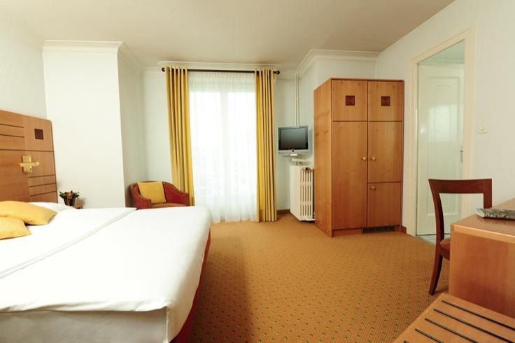 Chambre supérieure très agréable et confortable à 2 lits ou 1 grand lit, située en étages élevés. Certaines avec balcon et vue sur le lac.