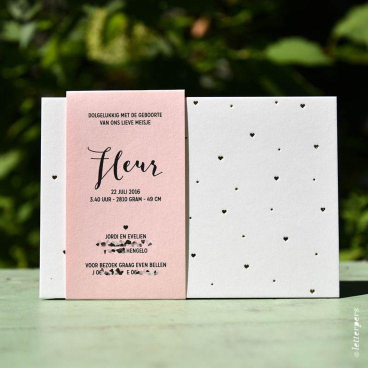 Dit lieve kaartje hebben we Fleurgedrukt. Het dikke karton kaartje is gemaakt van 100% katoen papier en is verkrijgbaar met hartjes of sterretjes in de kleuren koper, zilver of goud. De wikkel is verkrijgbaar in kraft, licht roze papier of zacht blauw papier en is geprint. De kleur van de opdruk van de wikkel mag je zelf kiezen.  Tevens hebben we mooie bijpassende enveloppen te koop bij dit kaartje. Of in de kleur van de wikkel.  Dit is een vanaf prijs voor letterpers.De wikkelkan geprint…