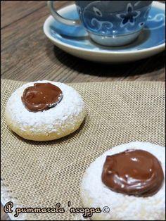 I biscotti al Philadelphia con Nutella sono come le ciliegie: una tira l'altro!Facilissimi da realizzare, golosissimi da mangiare!Clicca e scopri la ricetta