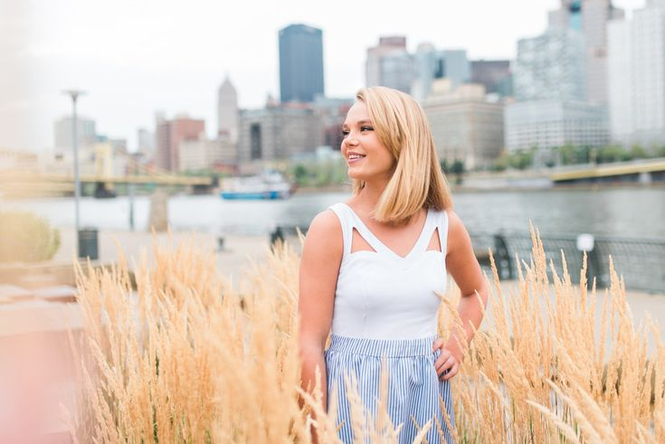 City backgrounds are awesome for senior pictures.  #senior #seniorportraits #photoshoot #photography #ideas #pittsburgh #highschool #skyline
