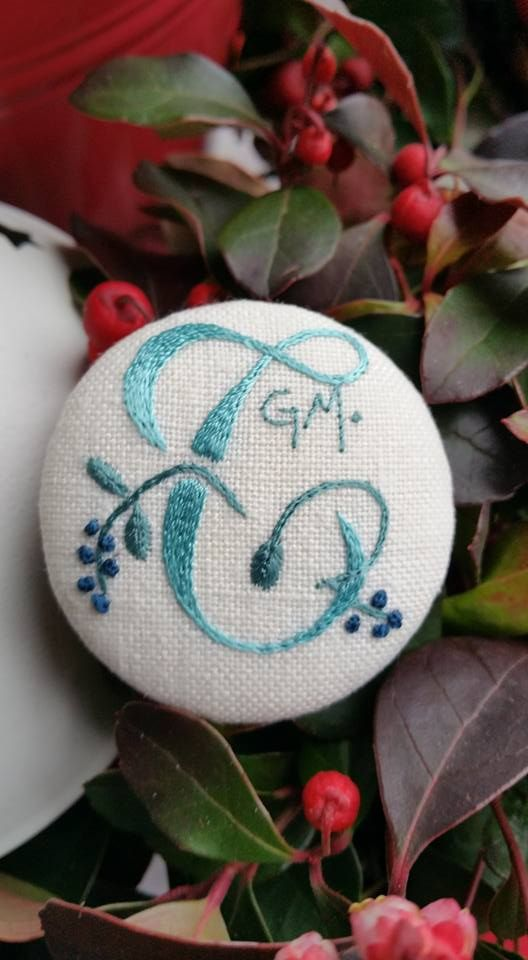 Embroidered button in viscose yarn