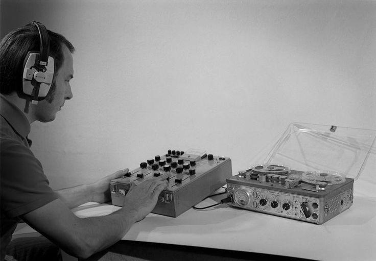L'INA avec Photoservice.com - Technicien manipulant une console de mixage reliée à un magnétophone Nagra pour les enregistrement sonores