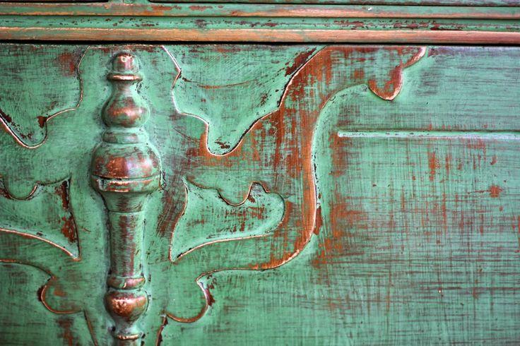 Lepergett és koptatott Taverna-zöld színű tejfesték - Chippy and distressed milk paint finish in Tavern Green - Old Fashioned Milk Paint