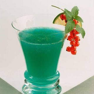 Cocktail bleu Caraïbe (rhum blanc, Cointreau, curaçao bleu, citron vert, sirop de canne, Schweppes)