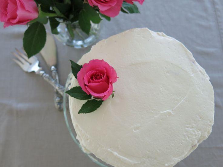 Moni kakku päältä kaunis –tämä myös sisältä makia! http://kaksimurua.fi/2014/08/08/raskaana-oleva-varo-mustikka-aikaa/ #gluteeniton #mustikka #kakku #jälkkäri #reseptit