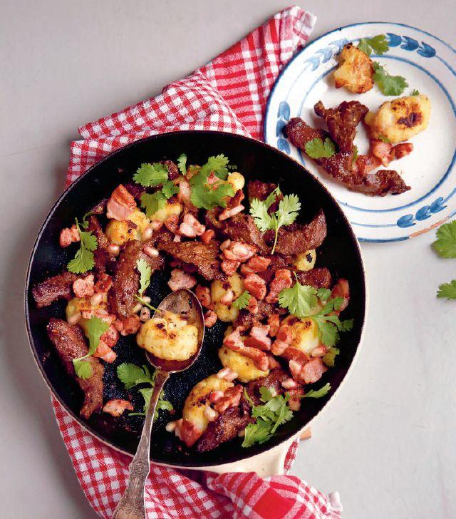Krydderstekt hjerte med sideflesk og brent blomkål: Hjerte har en kraftig, ren kjøttsmak som tåler mye krydder.