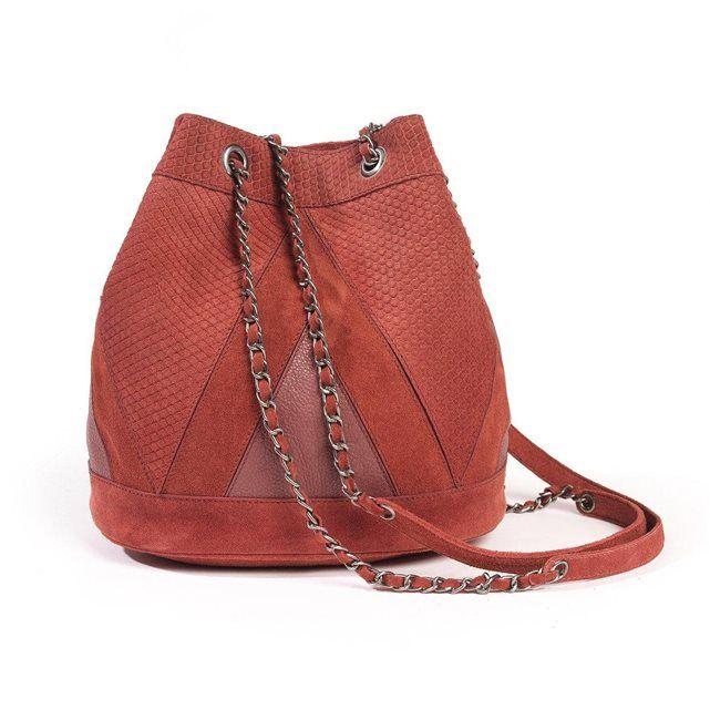 Sac à main bi-matière SOFT GREY : prix, avis & notation, livraison. Le sac à main bi-matière SOFT GREY. Sac-seau en croûte de cuir façon serpent avec patch de cuir vachette. Bandoulière chaîne. Doublure textile. Dimensions : 28 x 26.5 x 18 cm.