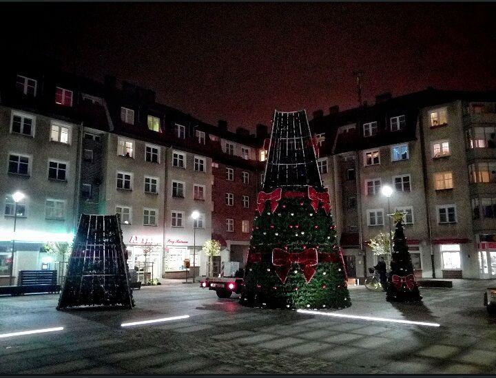 Wieczorem rozpoczął się montaż choinki  #choinka #plac #Szczecinek