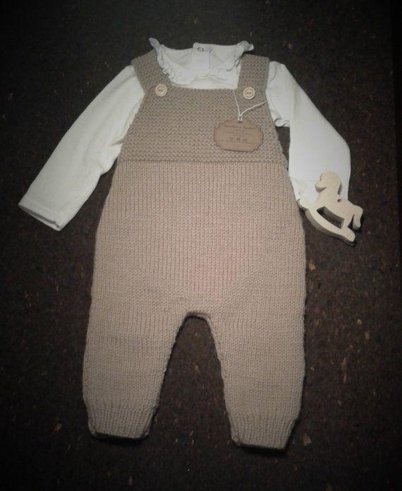 Macacão tricotado à mão em lã merino... Hand knitted baby jumpsuit in merino wool #merino #wool #baby #jumpsuit #romper #knitting #romper  https://www.etsy.com/pt/listing/506559707/macacao-tricotado-a-mao-em-la-merino