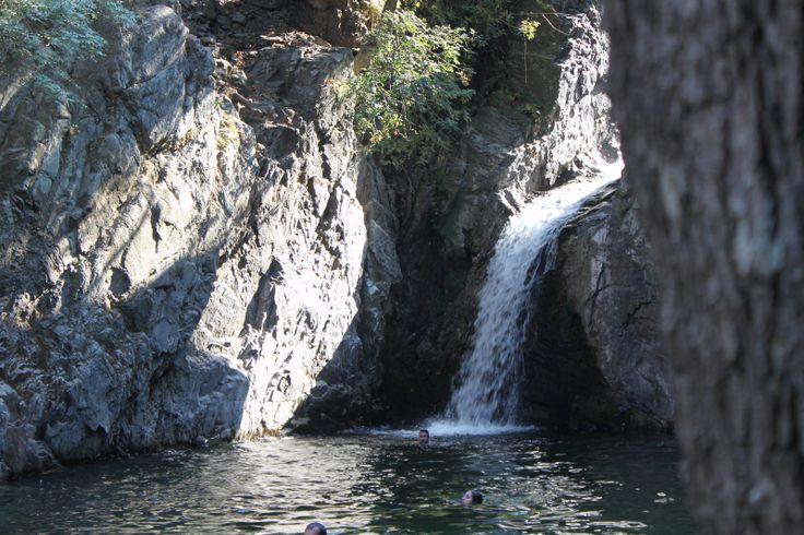 Η άγρια φύση είναι το κύριο χαρακτηριστικό του νησιού. Ο ποταμός Φονιάς καθώς ελίσσεται μέσα από τα πλατάνια σε διάφορα σημεία της διαδρομής του δημιουργεί καταρράκτες. Ο πιο εντυπωσιακός βρίσκεται στην Κλείδωση, με τα νερά του να πέφτουν από ύψος 35 μέτρων. Tip: Αναζητείστε και τον καταρράκτη Κρεμαστό. Το όμορφο τοπίο του  συμπληρώνει η παρουσία χιλιάδων πουλιών.