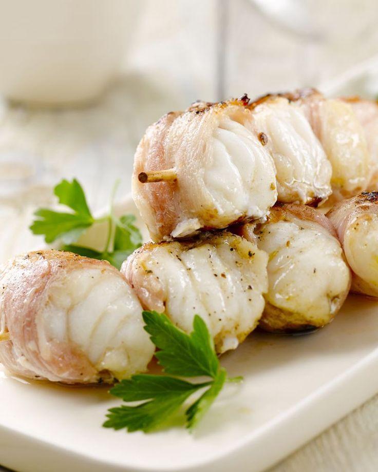 Een lekker hapje of voorgerecht zijn deze zeeduivelspiesjes gewikkeld in spek. Heerlijk met een tapenade van zongedroogde tomaten.