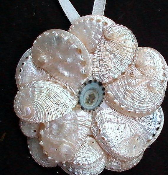 114 best seashell christmas ornaments images on pinterest for Seashell ornaments diy