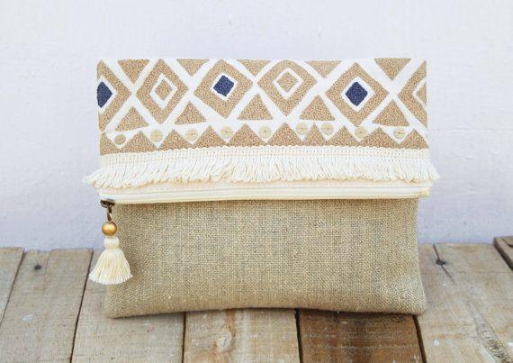 Böhmische Naturton Gestickte Foldover Kupplung. Die Mehrzweck-Tasche oder Handtasche ist sehr trendy, handlich, rustikal und Licht, die von marokkanischen Handira Decke Entwürfe inspiriert. Die Kupplung ist bestickt und verziert mit Baumwolle Fringe und stumpfe gold Pailletten  Es besteht aus Naturton Leinen und Cremefarbe Ente Baumwollgewebe Innen ist mit passenden natürlichen Baumwollgewebe gefüttert. Die Tasche hat die passende Reißverschluss mit Messing-Puller mit funky, böhmische…