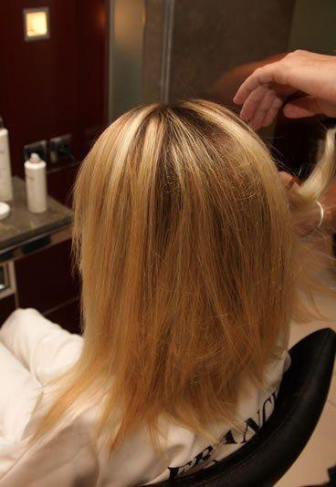 Passo a passo coque glamour: pentear o cabelo - Passo a passo: como fazer um coque glamour  - Para conservar o volume alcançado, penteie os cabelos para trás, com a ajuda de um pente de dentes largos.