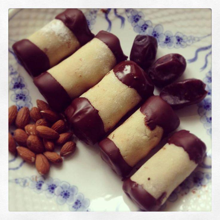 Sundere træstammer Trøffeldej: 18 friske dadler 1 dl kokosmel 1 dl havregryn 2 spsk kakao 2 tsk peanutbutter 2 spsk vand 1 tsk ROM aroma - Det hele blendes sammen i en foodprocessor eller med en stavblender. - Pak trøffeldejen ind i husfilm, og læg det på køl, mens du laver marcipanen. Marcipan: 100 gram smuttede mandler 2-3 spsk sukrin melis 3 spsk past. æggehvide