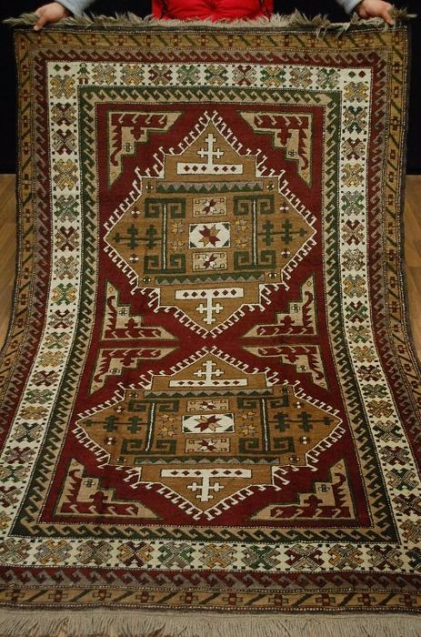 Plateforme de ventes aux enchères en ligne Catawiki : Province KARS KASAK, made in Turkey, highland wool on wool, 1970. The carpet dimensions are 235 x 150 cm. With certificate of origin.