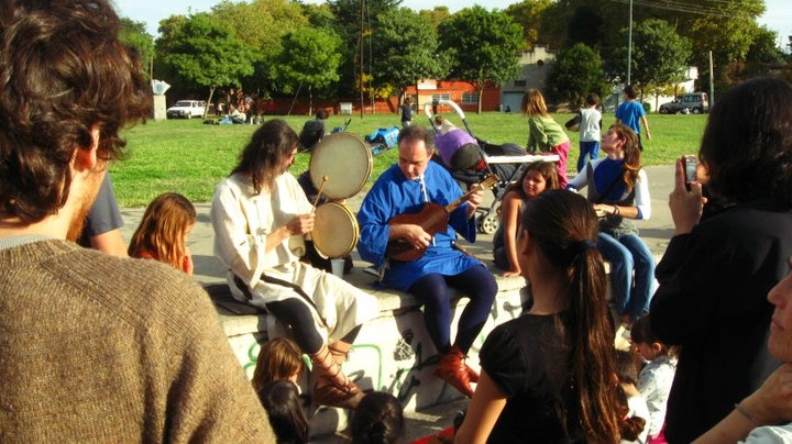 Book Fair Independent and self-managed, Rosario, Santa Fe - Argentina - Trobar Clus playing medieval music to street children  http://paganaos.wordpress.com  Download music: http://www.divshare.com/download/16829212-3e8