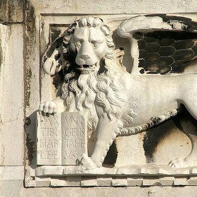 Який євангеліст зображується в мистецтві за допомогою символу лева? Марк! Лев Святого Марка є символом Венеції, який був покровителем цього міста. В традиції християнства, кожному проповіднику присвоювався образ якоїсь тварини, який згідно Одкровення від Іоанна займає місце біля божественного престолу: крилатий лев (Марк), орел (Іоанн), крилатого бика (Лука) і ангел (Матвія).