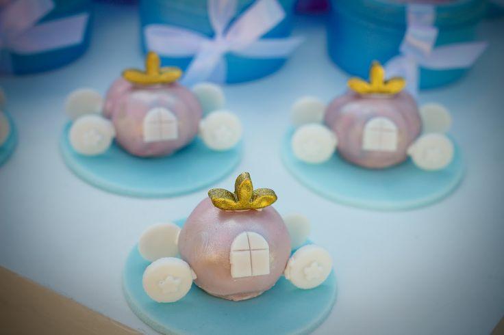 Festa com o tema Cinderela para comemorar os 3 anos da Beatriz. Usamos as cores azul e rosa, com estampas florais, listras e póas... U...