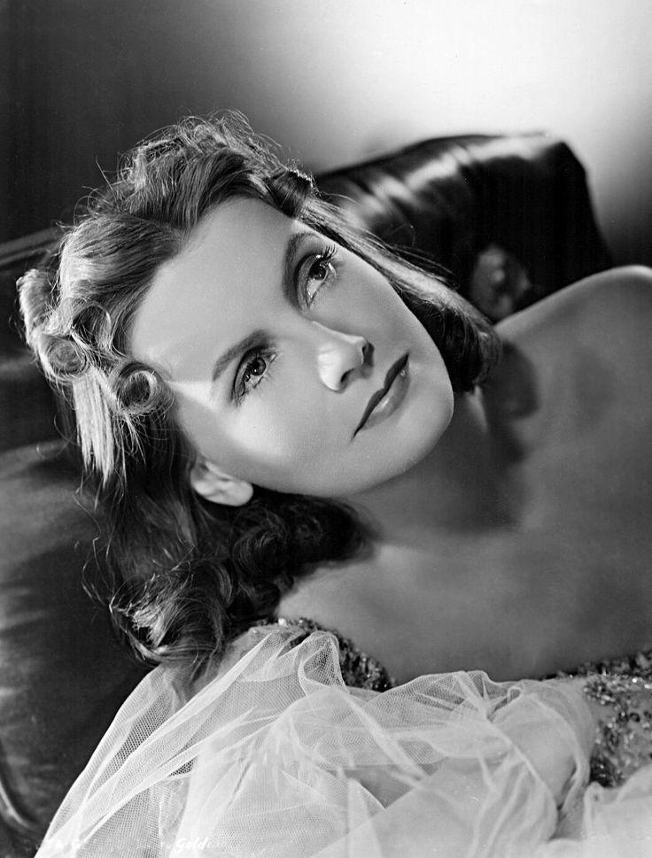 """oldhollywoodfilms: """"Greta Garbo dans une publicité encore pour Ninotchka (1939). """""""