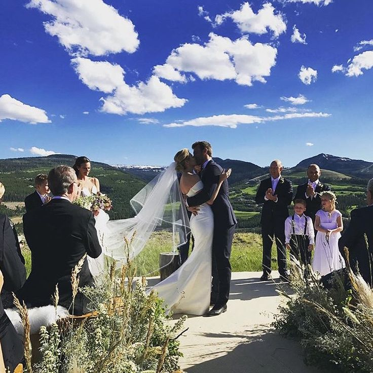 Erin Andrews and Jarret Stoll Wedding Photo - Erin Andrews and Jarret Stoll share their first kiss as man and wife surrounded by their loved ones.