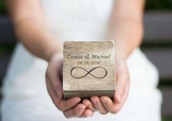 Boîte de bague de mariage personnalisé avec l'infini  Il s'agit d'anneau rustique boîte gravé avec vos propres noms et date de mariage! Cette liste est pour une bague de mariage boîte!   Mensurations:  App. 3,15 x 3,15 x 3,15 pouces (environ 8 cm x 8 cm x 8 cm) Matière: bois, dentelle   Cette boîte a un joli look rustique. Il est tout simplement parfait pour votre Vintage, Shabby chic, rustique ou votre mariage sur la plage.   L'oreiller de bague est toile de jute avec ruban arc…