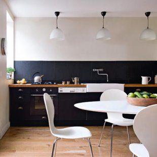 Cuisine alternant modernité et style rétro bicolore, noir et blanc sur un parquet en chêne chaleureux. Grand espace lumineux, sobre et raffiné ouvert sur la terrasse