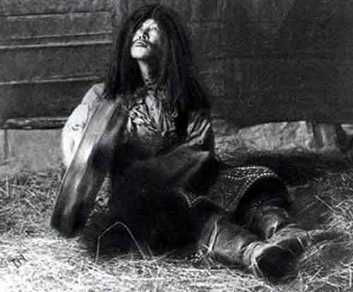 Danser avec les morts, transe chamanique Tibet Référence bibliographique : Alexandra David Néel, Mystique et magiciens du Tibet, 1929, réédition 2008.