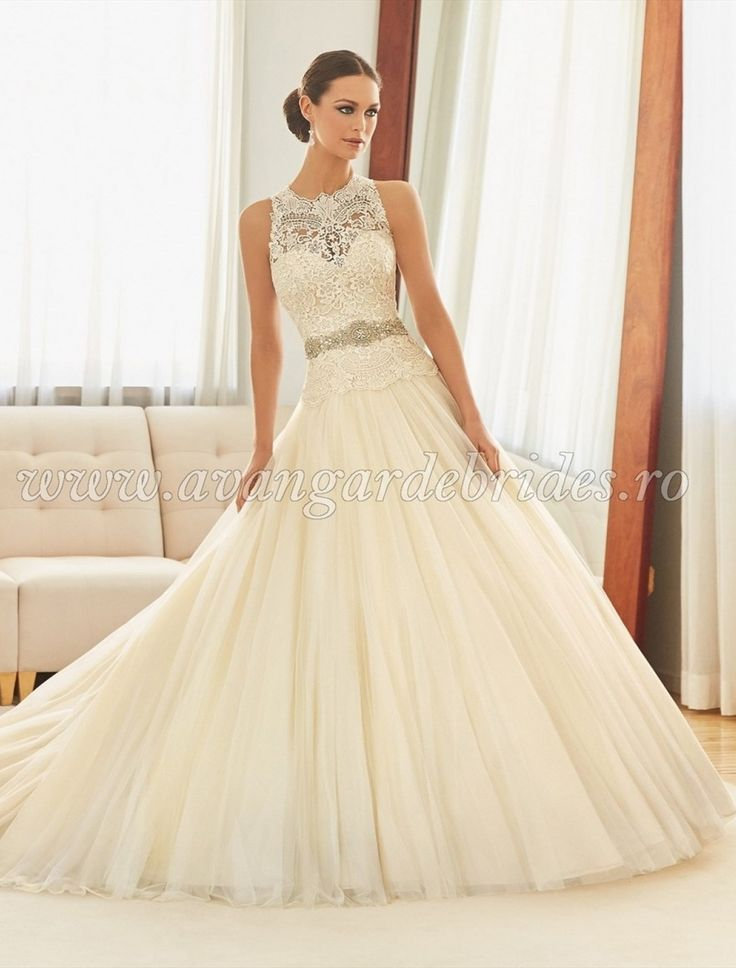 Rochie de mireasa in stil printesa cu spatele gol si dantela pe corset. Culori disponibile: White/Silver,  Ivory/Silver,  Light Gold/Silver