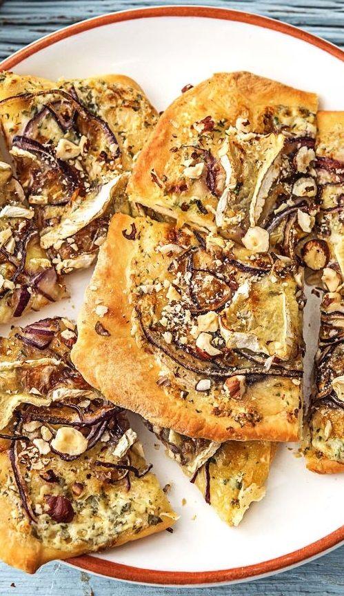 Step by Step Rezept: Flammkuchen mit Camembert, dazu Feldsalat mit Birne und Preiselbeerdressing.   Rezept / Kochen / Essen / Ernährung / Lecker / Kochbox / Zutaten / Gesund / Schnell / Frühling / Einfach / Käse / Französich / Deutsch / 25 Minuten / Veggie / Vegetarisch   #hellofreshde #kochen #essen #zubereiten #zutaten #diy #rezept #kochbox #ernährung #lecker #gesund #leicht #schnell #frühling #einfach #flammkuchen #veggie #vegetarisch #camembert