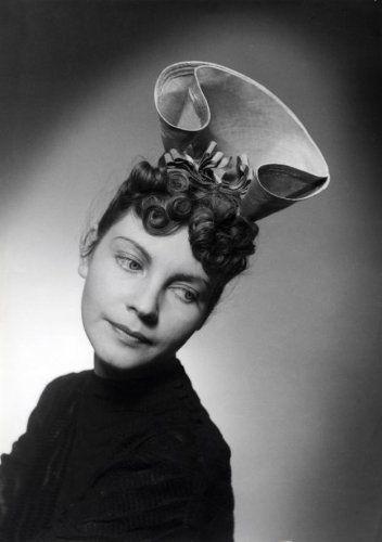 Onbekend   Mode, hoeden, dameshoeden. Zomerhoed van fuchsia-kleurige [uitheemse] stro. Model: Nina Carel. [1939]