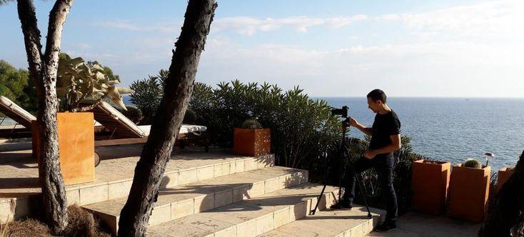 Ramon fotografiando durante un reportaje fotográfico de una casa en la costa de Tamarit.