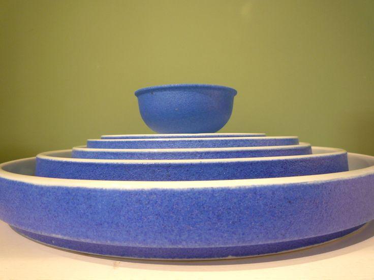 Handgefertigte Porzellanserie in leuchtendem Blau.