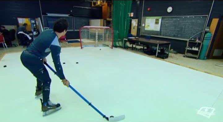 LA BIOMÉCANIQUE DU HOCKEY Dans un laboratoire de l'Université McGill, sur une patinoire de glace synthétique, des cobayes tentent d'envoyer une rondelle dans un filet de hockey. Le kinésiologue René Turcotte a placé des dizaines de capteurs sur leur corps et leur bâton. Il tente de définir tous les paramètres qui contribuent à un tir du poignet réussi. En d'autres mots, il décortique l'ensemble des mouvements subtils qui mènent à un but!Encore très jeune, la science du hockey n'est pas…