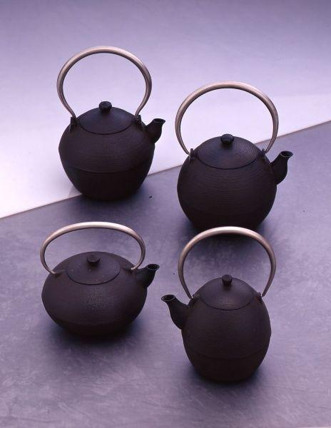 铸心工房 I don't know what that says, but I like the look of these teapots.