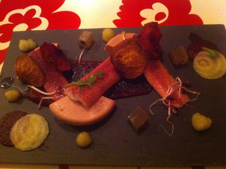Foie gras, gerookte paling, zure gele + rode biet, bietenchips, bietenpuree, granny Smith puree, biergelei