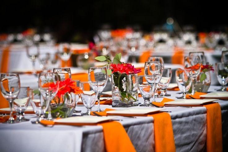 déco de table mariage - gerberas rouges et serviettes orange