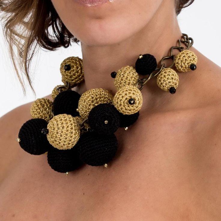 Collar elaborado artesanalmente con esferas tejidas con hilo crílico negro y dorado en punto bajo de crochet y piedras de cristal facetado negras y doradas.