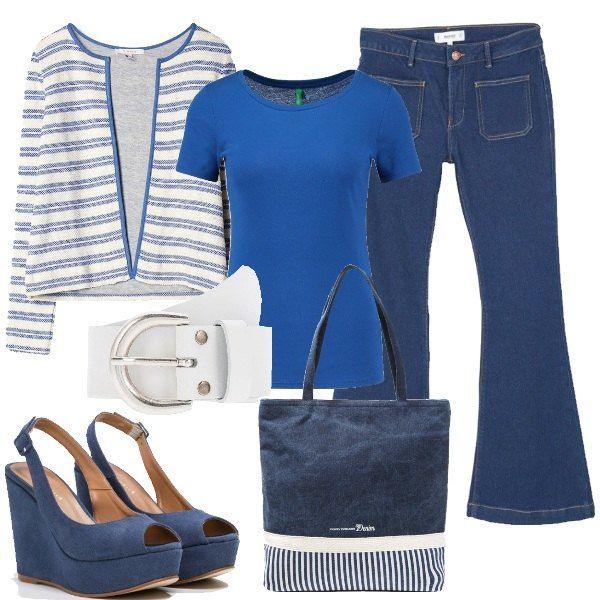 Sotto la giacca a righe profilata in blu, la t-shirt basic è in jersey di cotone e i jeans a zampa sono elasticizzati, la cintura bianca è in contrasto. Ai piedi le scarpe con zeppa blu nautico. La shopping bag riprende i dettagli del look.