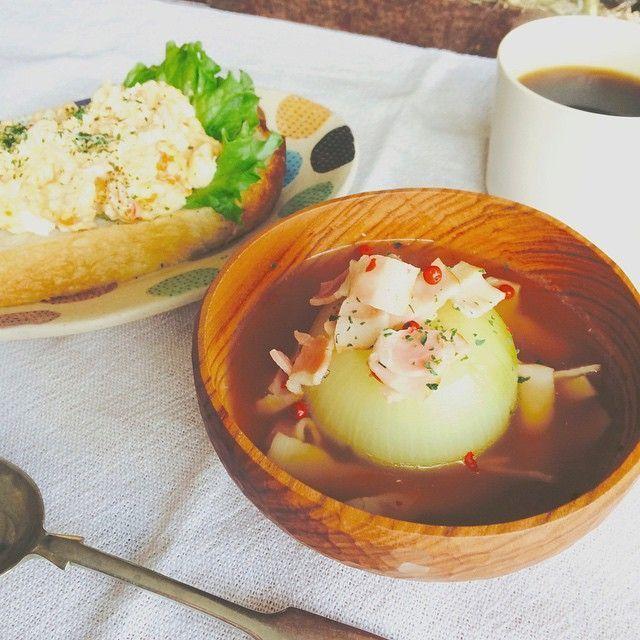 一口飲むと優しい気持ちになる「玉ねぎスープ」、美味しいけど意外と時間のかかるメニューです。そこで玉ねぎを丸ごと使っても、短時間で手間のかからない「玉ねぎスープ」の作り方をご紹介。ほっぺが落ちちゃうくらい美味しいスープですよ☆
