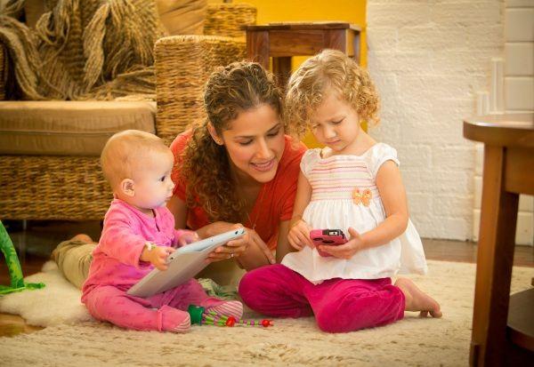 Cercare di calmare i proprio figli con smartphone e tablet potrebbe danneggiare lo sviluppo emotivo del bambino, non permettendo ai piccoli di imparare a controllare le proprie emozioni autoregolandosi. Se dati in età precoce potrebbero causare ritardi nel linguaggio. Le nuove tecnologie possono anche essere causa di obesità infantile e aggressività.
