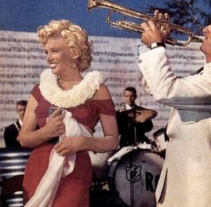 """1952 / Marilyn se rendit à San Diego à une réception organisée par la Fox chez le chef d'orchestre Ray ANTHONY pour l'enregistrement de la chanson « Marilyn » par Ervin DRAKE et Jimmy SHIRL. Marilyn, arrivée par hélicoptère, ravit les invités en jouant des percussions sous la direction de  Mickey ROONEY. / PAROLES DE LA CHANSON """"Marilyn"""" / An angel in lace, A fabulous face, That's no exaggeration, That's my Marilyn.  No gal, I believe, Beginning with Eve, Could weave a fascination like my…"""
