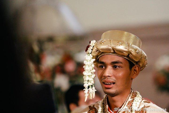 Penutup kepala nan indah ala mahkota yang dikenakan pengantin pria juga menjadi ciri khas beberapa pernikahan adat di Indonesia. Seperti pernikahan adat Betawi ini.