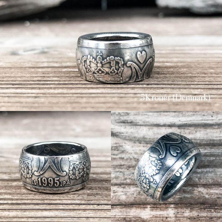 デンマークの5クローネを使用して製作した、ラウンドタイプのコインリングです。 こちらは王冠面を表にしておりますので、王冠とハートマークがデザインされています。 ハートは愛、王冠は成功や美の象徴とされており、お守りやラッキーアイテムとしても最適です。 重量感と存在感のある甲丸型ですが、このコロンとしたフォルムはネックレスに通すと、指につけるのとはまた違った可愛らしさも^^* デンマークは、国民の幸福度が世界一(2013年、2014年、2016年)ということもあり、このハートがデザインされたコインのことを「幸せを呼ぶコイン」とよび、お守り代わりに身に着けている人もいるようです。 5クローネと2クローネは、大きさが違うだけで全く同じデザインですので、2クローネのコインリングとあわせてペアリングとしてもおしゃれですね? 二人で幸せになれるかも?! 平打ちバージョンはこちら 生まれ年や記念年など、使用するコインの製造年を指定する場合は、オーダーメイドとして受け付けております。お問い合わせ、もしくはFacebookページのメッセージより、お気軽にご相談ください。…