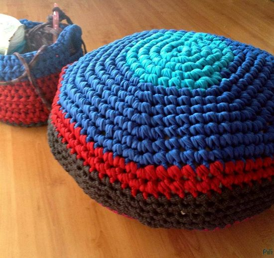 Tutorial diy como hacer puff redondo trapillo colores puf taburetes cojines de crochet y - Tutorial alfombra trapillo ...