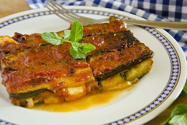 La parmigiana è uno dei piatti tradizionali della cucina italiana. Solitamente l'ingrediente principale sono le melanzane fritte, ma esistono molte varianti e una di...